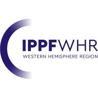 Logo de la IPPF WHR (International Planned Parenthood Federation Western Hemisphere Region). A la derecha se ve un arco en forma de C, tiene un tono morado y las letras que más resaltan debido a su grosor son las que dicen IPPF.